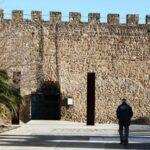 Plaza Torre Lucía junto a la muralla de Plasencia en Extremadura