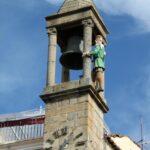 Abuelo Mayorga en la torre del Ayuntamiento en la plaza Mayor de Plasencia