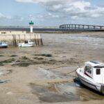 Marea baja en un puerto de la la isla de Ré cerca de La Rochelle