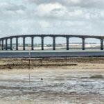 Puente que une La Rochelle con la isla de Ré al oeste de Francia