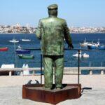 Estatua del rey Carlos II en el puerto de Cascais en Costa Estoril en los alrededores de Lisboa
