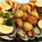 Típica bandeja de pescado y mariscos en Costa Estoril en los alrededores de Lisboa