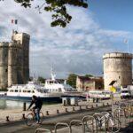 Torres del puerto de La Rochelle al oeste de Francia