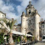 Puerta del Gran Reloj en el puerto de La Rochelle al oeste de Francia