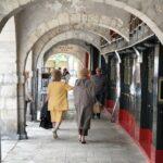 Soportales en el centro histórico de La Rochelle al oeste de Francia