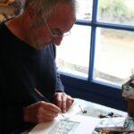 Artista en su tienda de Chateau d´Oléron en la isla de Oléron en Francia