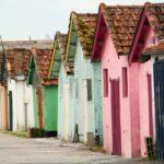 Coloridas casas en el puerto de Chateau d´Oléron en la isla de Oléron en Francia