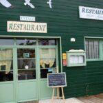 Restaurante en el puerto de Chateau d´Oléron en la isla de Oléron en Francia
