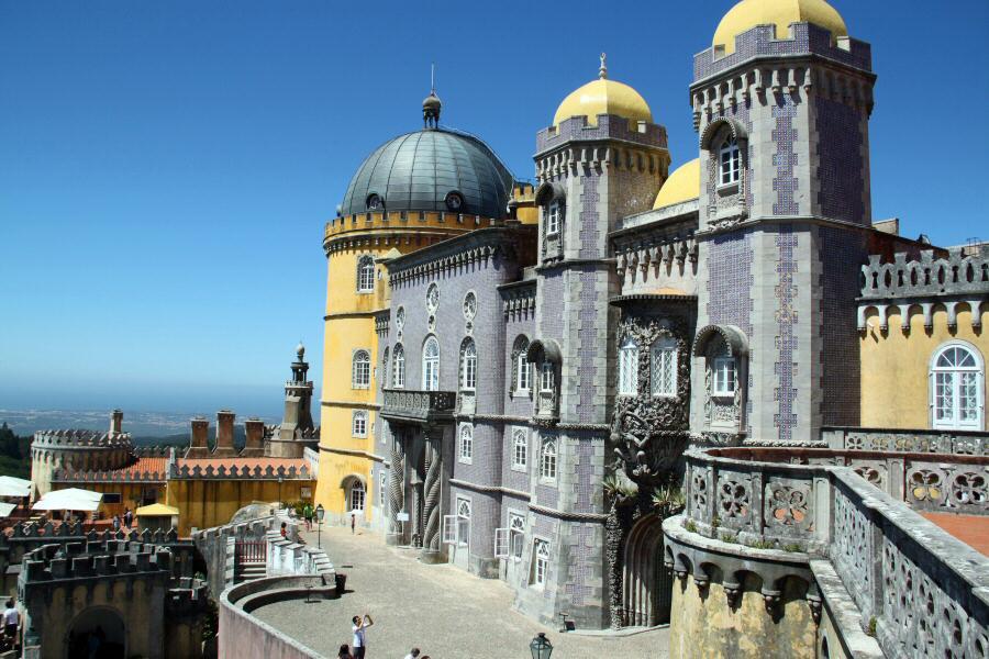 Fachada principal del palacio da Pena en Sintra en los alrededores de Lisboa