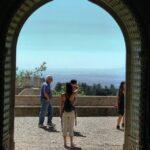 Arco de entrada a un patio interior del palacio da Pena en Sintra