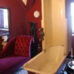 Ducha en cuarto de aseo en el interior del palacio da Pena en Sintra