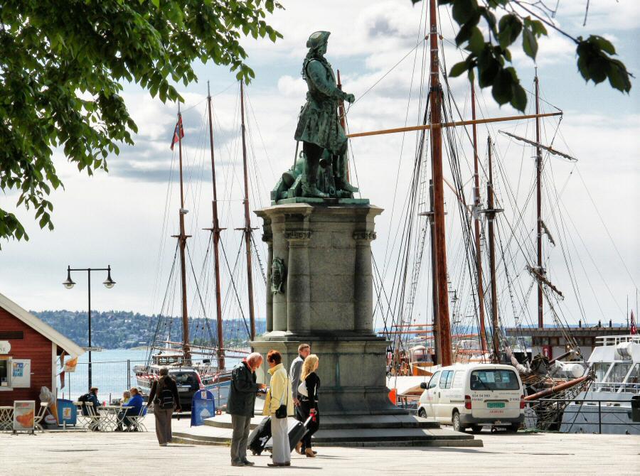 Monumento escultórico en el puerto de Oslo en Noruega