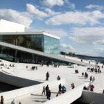 Moderno edificio de la Opera de Oslo en Noruega