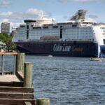 Barco de crucero en el puerto de Oslo en Noruega