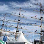 Mástiles de un gran barco velero en la Tall Ships Race en A Coruña