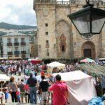 Ambiente del Mercado Medieval en la plaza de la Catedral de Mondoñedo en Galicia