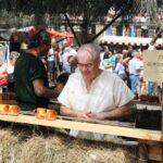 Jarras de vino en el Mercado Medieval de Mondoñedo en Galicia