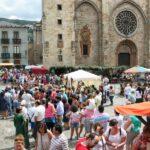 Ambiente en la plaza de la Catedral en el Mercado Medieval de Mondoñedo en Galicia
