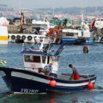 Barco pesquero en el puerto de O Grove en las Rías Bajas en Galicia