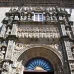 Pórtico del Hostal de los Reyes Católicos en Santiago de Compostela en Galicia