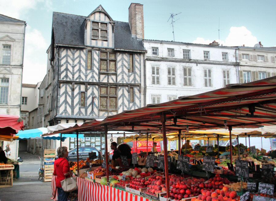 Frutas y verduras en el mercado de La Rochelle al oeste de Francia