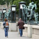 Esculturas de bronce en el puente del parque Vigeland en Oslo
