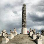 Grupo escultórico Monolito en el parque Vigeland en Oslo