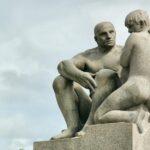 Esculturas junto al Monolito en el parque Vigeland en Oslo