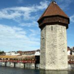 Torre del Agua en el puente de madera de Lucerna en Suiza