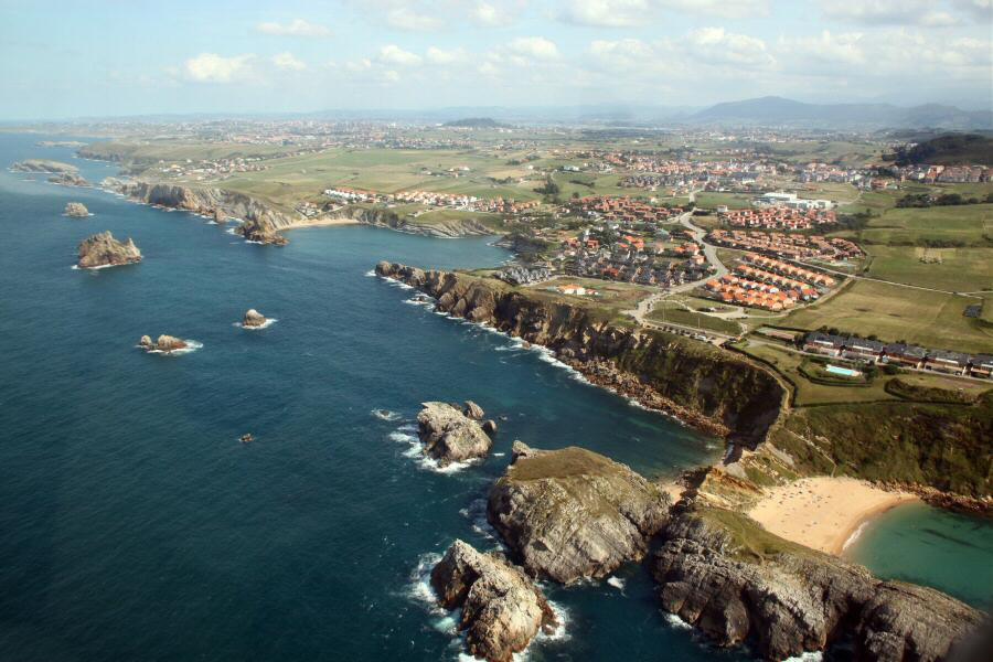 Vistas aéreas de la costa de Cantabria durante el vuelo turístico