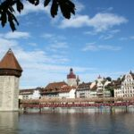 Puente Kapellbrucke en el lago Lucerna en Suiza