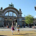 Antigua fachada de la estación de trenes de Lucerna en Suiza