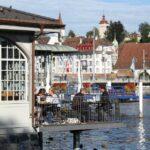 Terraza de cafetería a orillas del lago Lucerna en Suiza