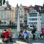 Terraza a orilla del río Reuss en el casco viejo de Lucerna