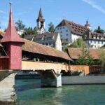 Puente de madera sobre el río Reuss en el casco viejo de Lucerna