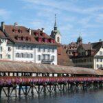 Puente de madera Kapellbrucke junto al casco viejo de Lucerna
