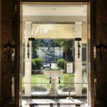 Puerta de acceso al jardin y piscina del Hotel Palacio en Estoril