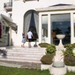 Acceso al jardin y piscina del Hotel Palacio en Estoril