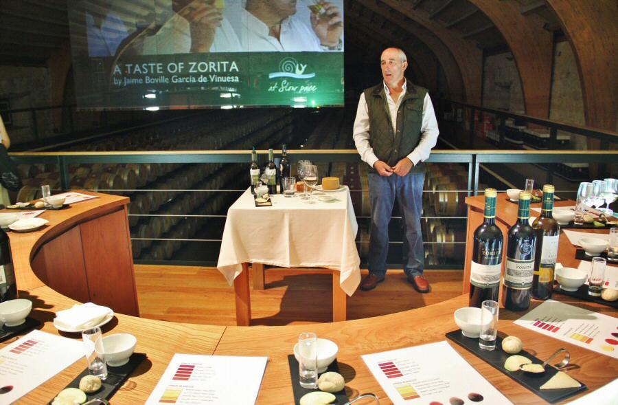 Jaime Boville, durante la cata de vinos y quesos en Hacienda Zorita en Salamanca