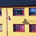 Fachada colorida de casa de Honningsvag en el Cabo Norte en Noruega
