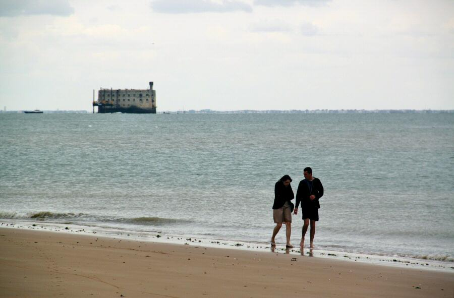 Fort Boyard desde la playa de Boyardville en la isla de Oléron al oeste de Francia