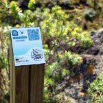 Poste informativo con código QR en a ruta Caminos do Mar en Costa da Morte