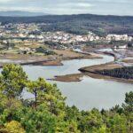 Ponteceso y estuario del río Anllons desde el monte Branco en Costa da Morte