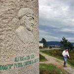 Monolito con la figura de Eduardo Pondal en el monte Branco en Costa da Morte