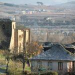 Iglesia románica de San Miguel desde el hotel rural Villa Mencía en Corullón