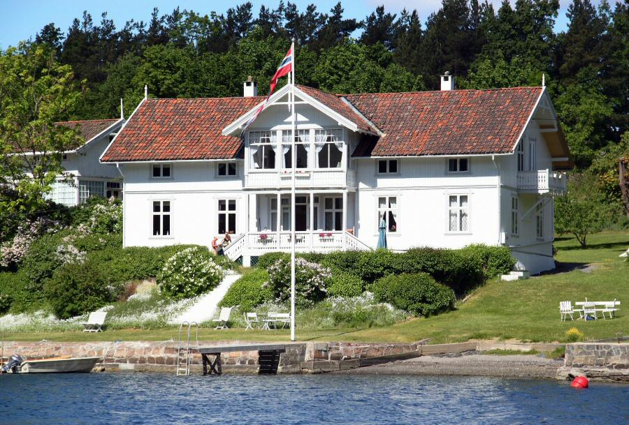 Casa típica en una isla del fiordo de Oslo