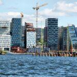 Nuevo barrio financiero de Oslo desde la excursión en barco por el fiordo
