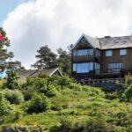 Casa de madera en una isla del fiordo de Oslo