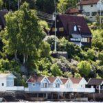 Casas y caseta de baño en una isla del fiordo de Oslo