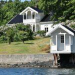 Casa y caseta de baño en una isla del fiordo de Oslo